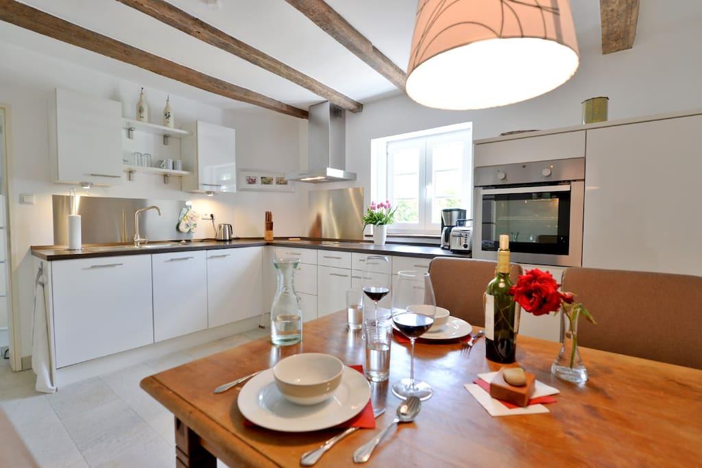 Die Küche, eingerichtet für 4 Personen, Glas-Ceranfeld, Backofen, Wasch- und Spülmaschine, Toaster, Kaffeemaschine, Wasserkocher