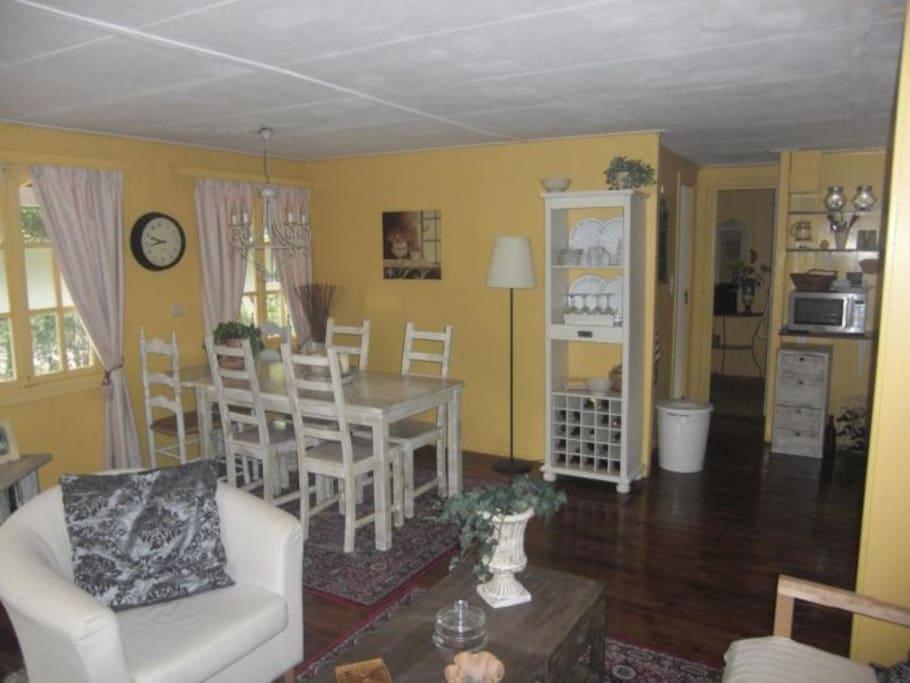 Huiskamer met keuken,ook gezellig om met slecht weer binnen te zitten