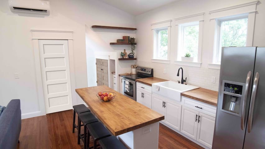 Fully equipped kitchen with eat-up counter (seats 4)