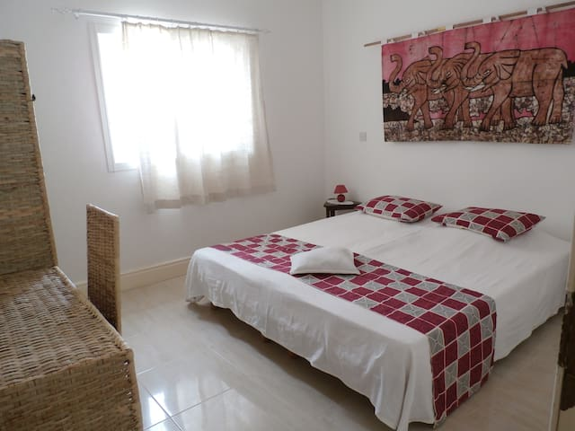 VILLA CALLIANDRA, Bijilo, room with morning sun. - Bijilo - Bed & Breakfast