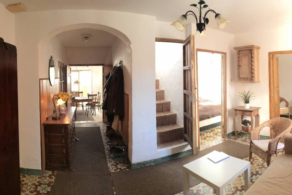 Stuen med gangen til køkkenet og  trappen til første sal.
