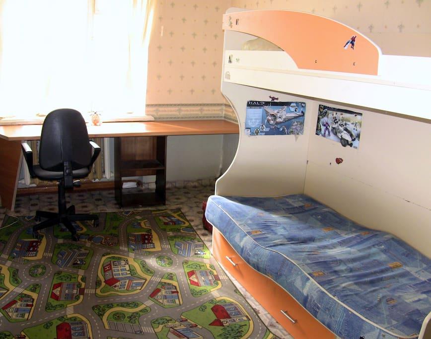 Спальная комната с рабочим столом