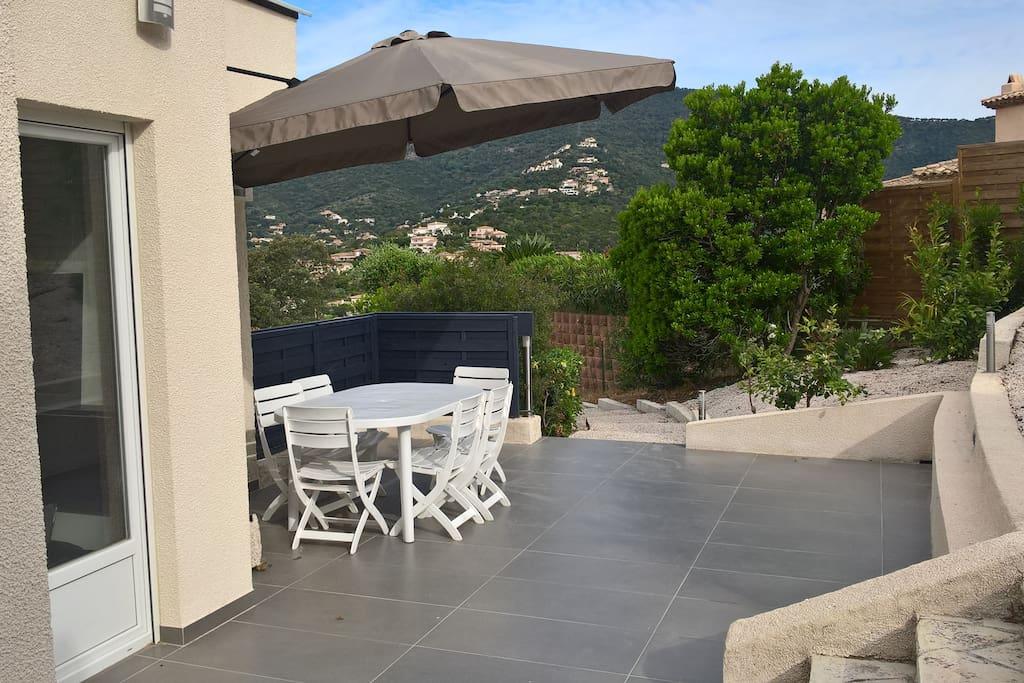 Terrasse à l'arrière de la villa avec le logement du haut