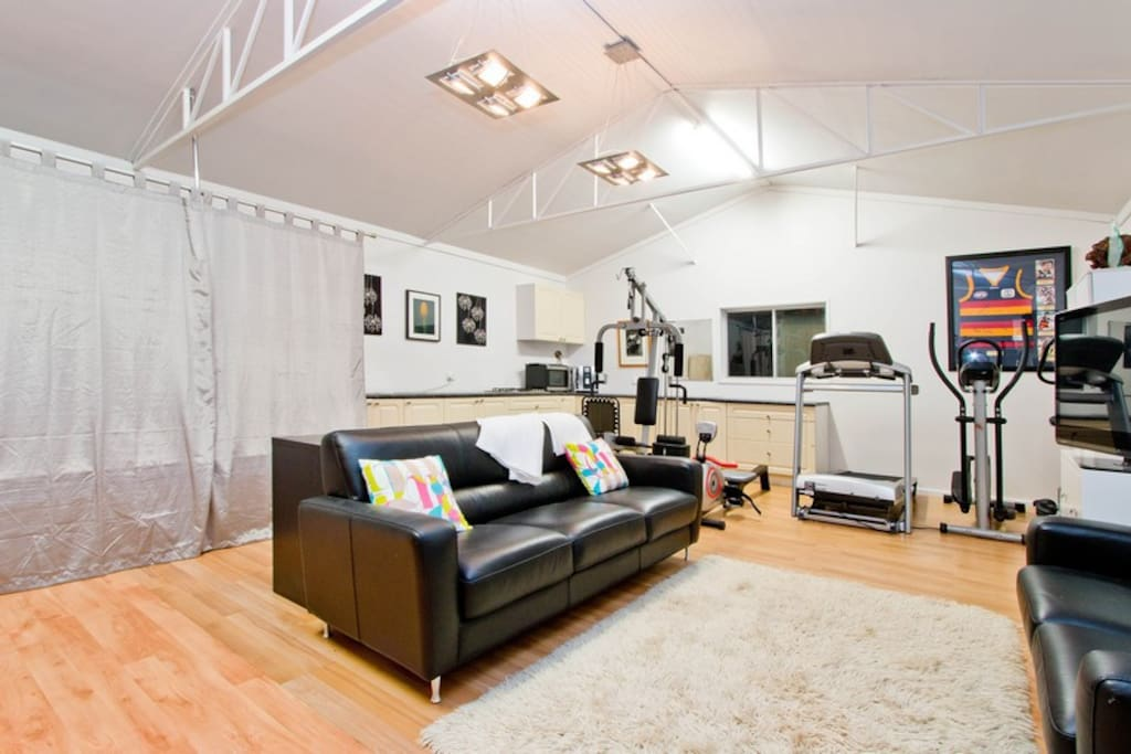 Leather Sofas, Kitchen, Gym, WIFI - Highagte Studio has it all.