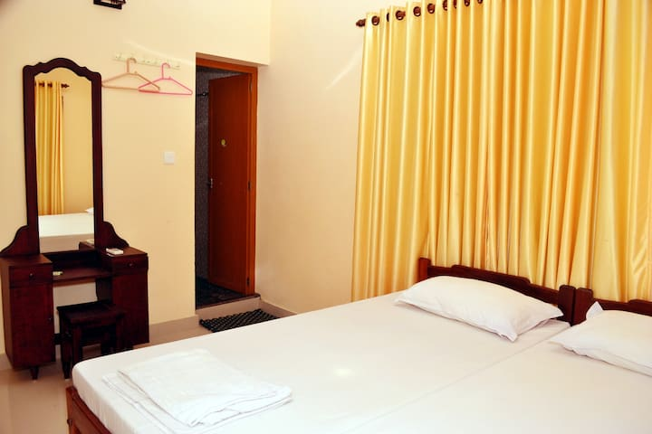 Standard room with fan chambres d 39 h tes louer cochin for Chambre kochi
