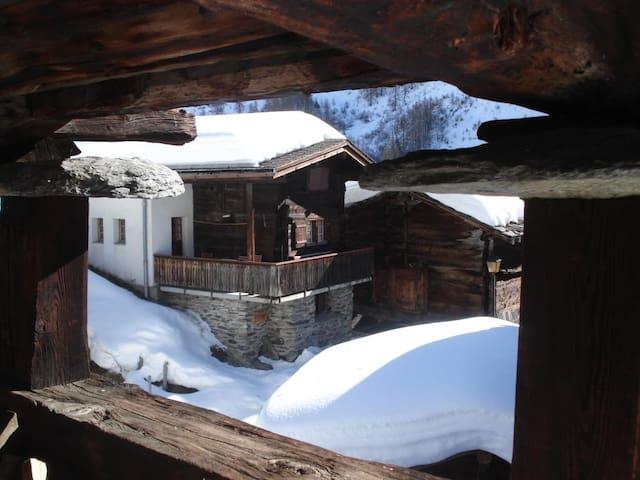 Ferien im Baudenkmal (erbaut 1545) - Blatten - House