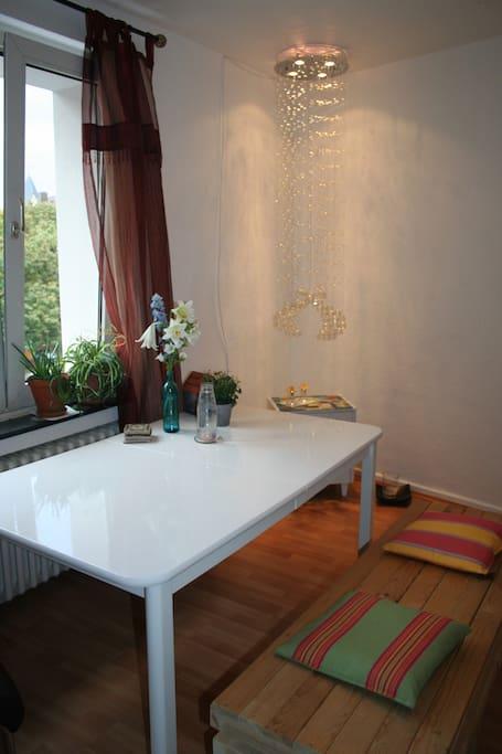 Großer Esstisch mit Blick nach draußen im Wohnzimmer/huge table to sit on