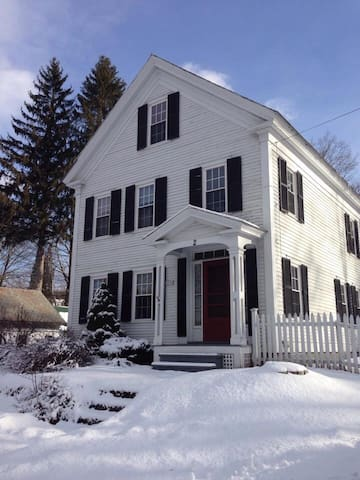 CHARMING HOME IN WALPOLE- SLEEPS 10 - Walpole - Hus