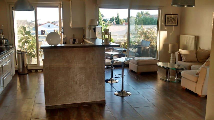 La pièce à vivre avec cuisine ouverte donnant sur la terrasse