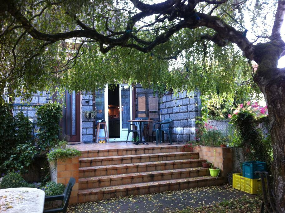 chambre dans joli pavillon arbor villas for rent in. Black Bedroom Furniture Sets. Home Design Ideas