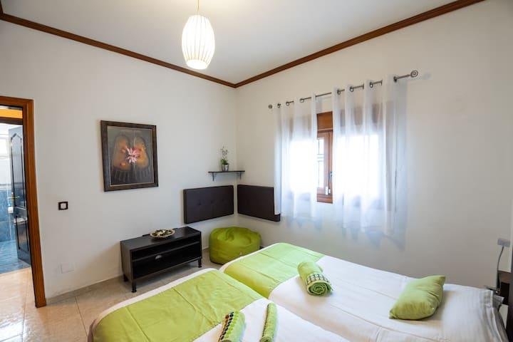 2.- Espacio para colocar una tercera cama de 90cm, bajo petición / Extra third 90cm bed available under request.