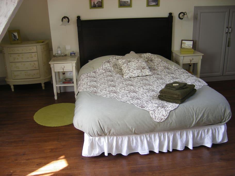 Chambre avec poutres, vue sur le jardin.