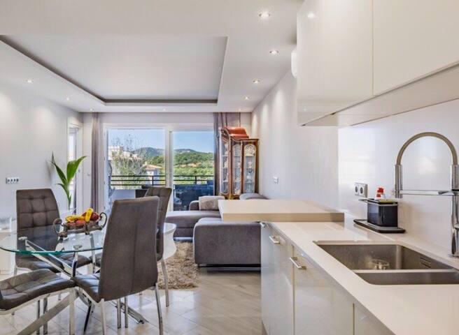 Bright, luxurious sunny apartment