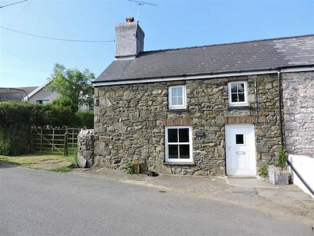 Luxury Old Court Cottage, nr Fishguard. Log fire!