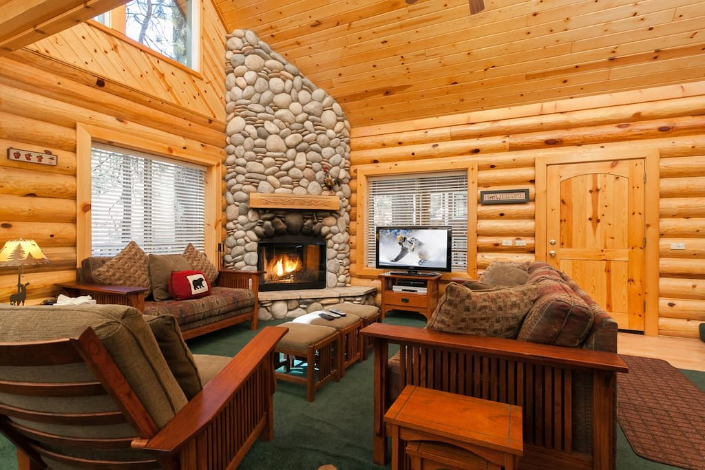 Amazing River Rock Log Fireplace. Wifi, Charter Cable, Open Floor Plan