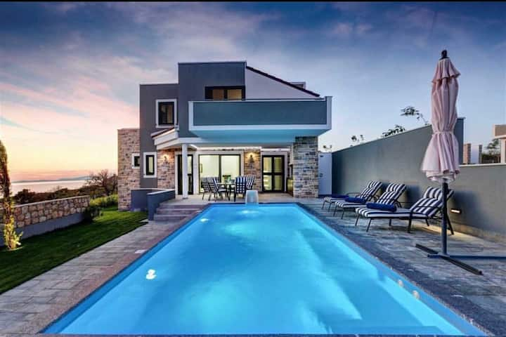 Luxury Villa Lunaria with Pool