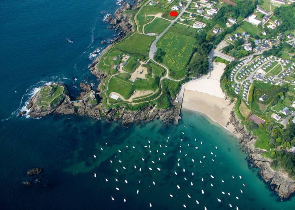 La villa est sur la pointe de Bertheaume, à 100 m de la plage, à l'emplacement du point rouge