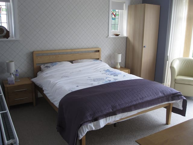 Large Airy Room with En-suite shower room and TV - Bournemouth - Huis