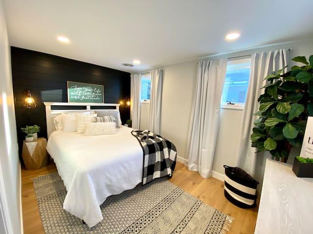 Queen bed, ground floor, front bedroom