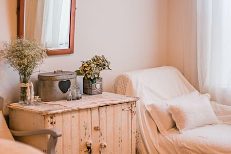 Peach Tree Cottage Room B spacious private central