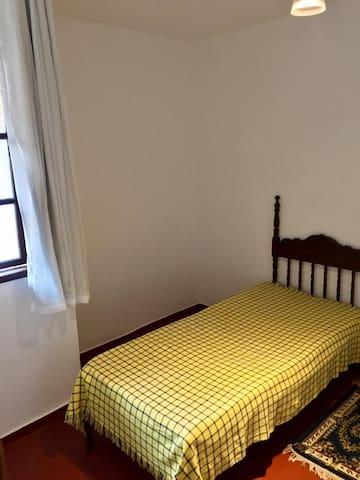 Quarto 2 (camas de solteiro).