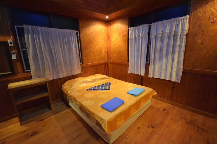 Spacious room in a wooden bungalow.WiFi AC Hot Wtr