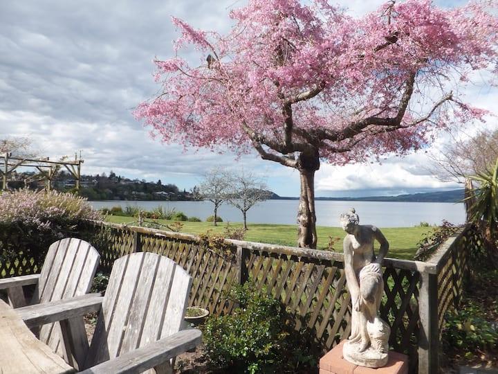 Kawaha Manor, lakeside  cosy retro unit