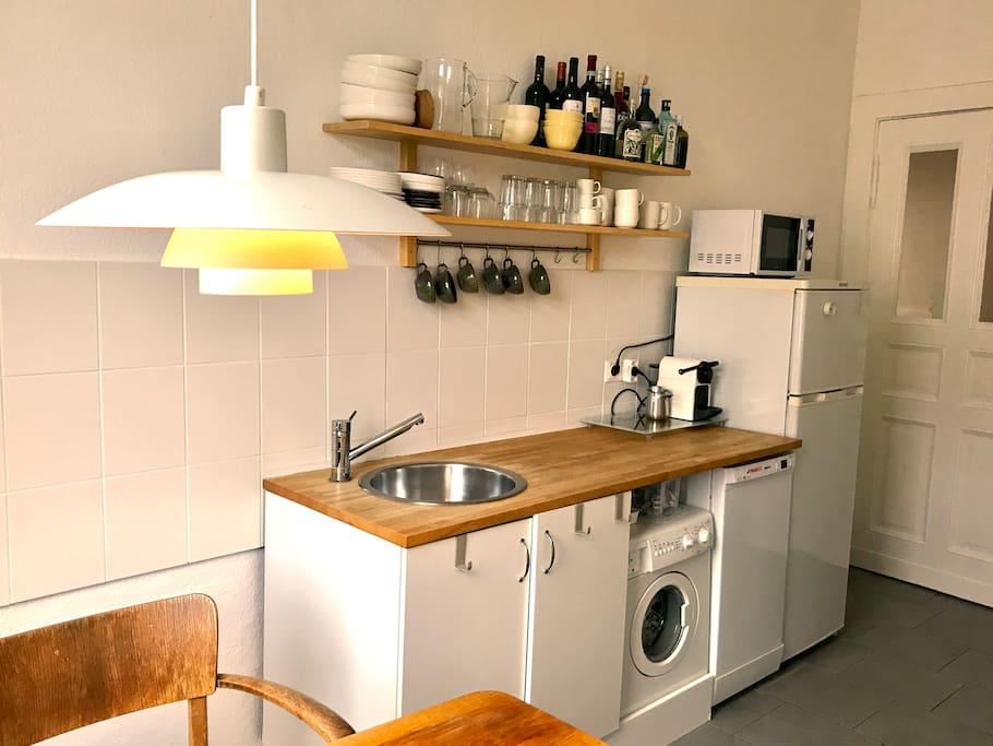 Küche mit Herd, Ofen, Kühlschrank, Gefrierfach, Wasserkocher, Nespressomaschine, Mikrowelle, Spülmaschine, Geschirr, Töpfen/Pfannen etc.