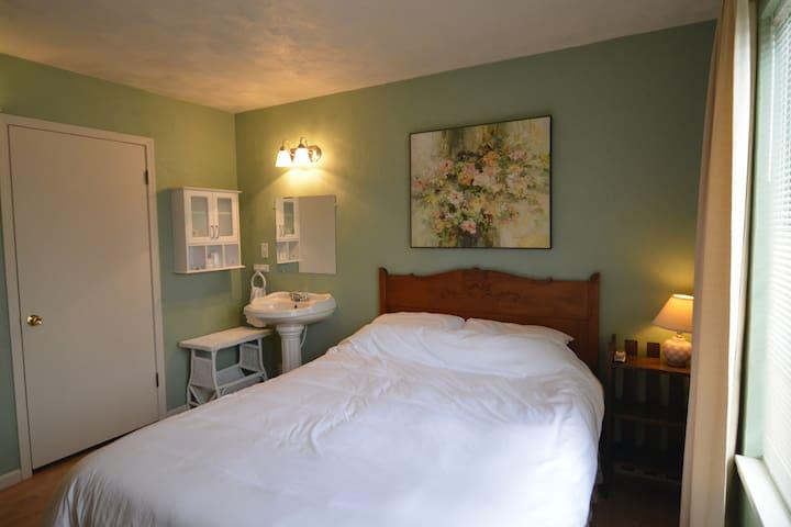 Garden View Guestroom: Hop & Vine Inn B&B