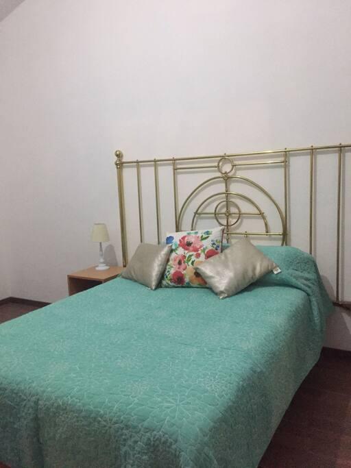 Esta cama matrimonial cuenta con sábanas de algodón.