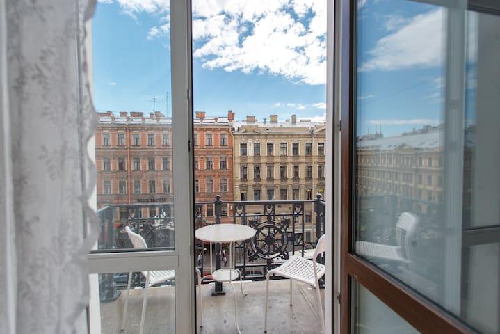 Номер с балконом на Невский для 2-3 гостей
