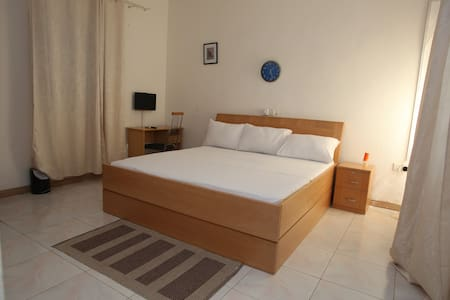 AKMARY HOMES. Closed to the airport and beach. - Accra - Bed & Breakfast