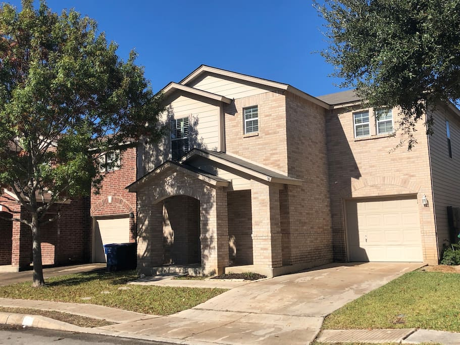 Three bedroom two and half bath. In great location 15 min to Fiesta Texas or SeaWorld 20 min to downtown.