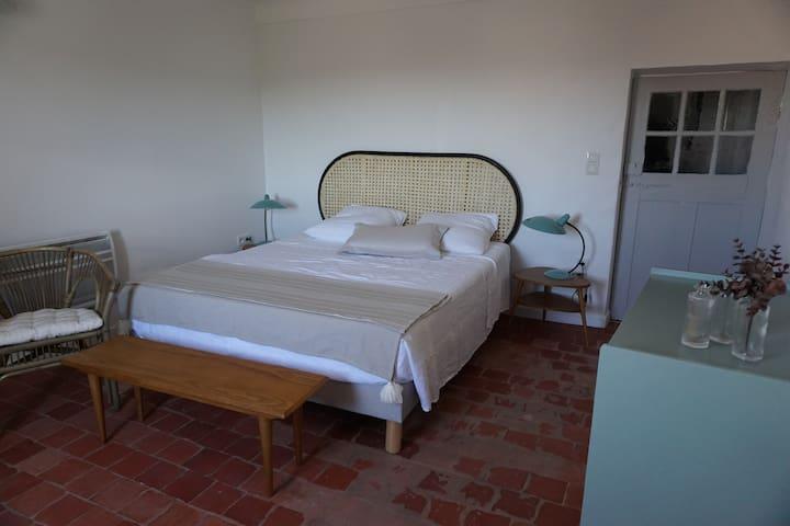 Chambre à l'étage avec tomettes provençales Literie neuve de qualité en 160 cm. Draps de lin