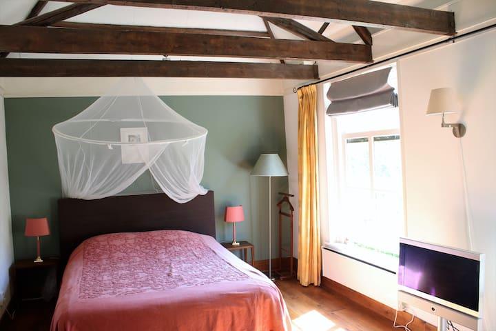 Sleeping room kingsize bed