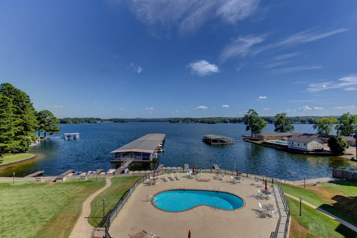 Lake Front Condo with Private WIFI! Nice View!
