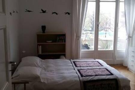 Une chambre avec balcon privé au coeur de Lausanne