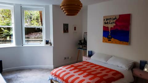 Large and  jolly room right by Whiteladies Road