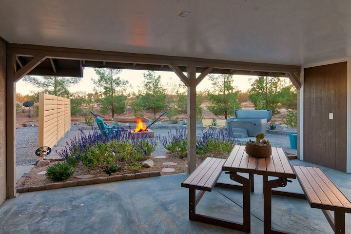 Hi-Fi Garden Suite - Hot Tub + Fire Pit + Records!