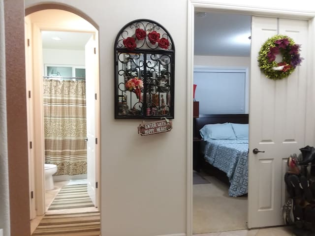 Quiet Queen bed on 1st fl w/TV & private bathroom