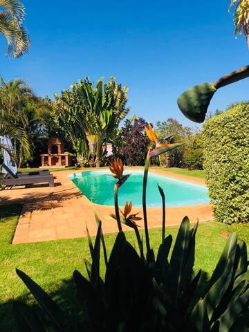 B&B - Maison de charme avec vue et piscine à Tana
