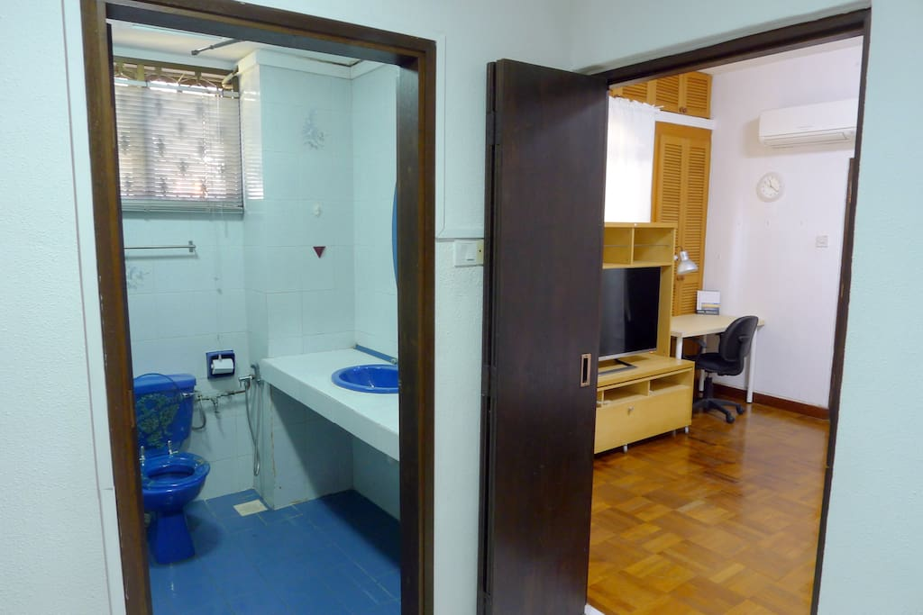 Attached bathroom with WC, Basin and Hot Shower  独用舒适的清洁卫生间,包含热水淋浴设施