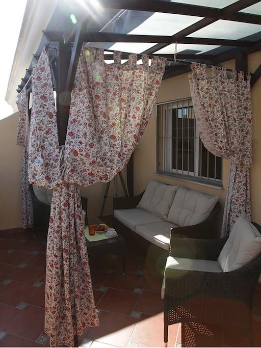 терраса закрывается от солнце, что очень удобно.
