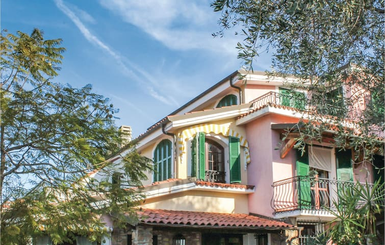 Holiday cottage with 5 bedrooms on 220 m² in Imperia -IM-