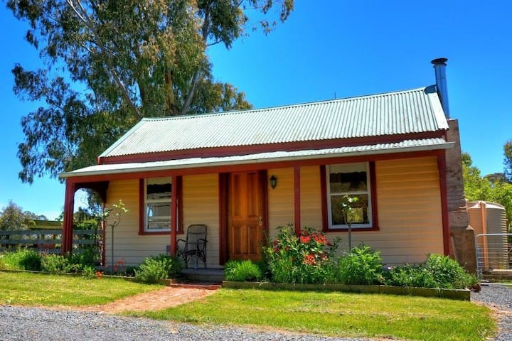 """The Cottage"" - a farm-stay close to the CBD"