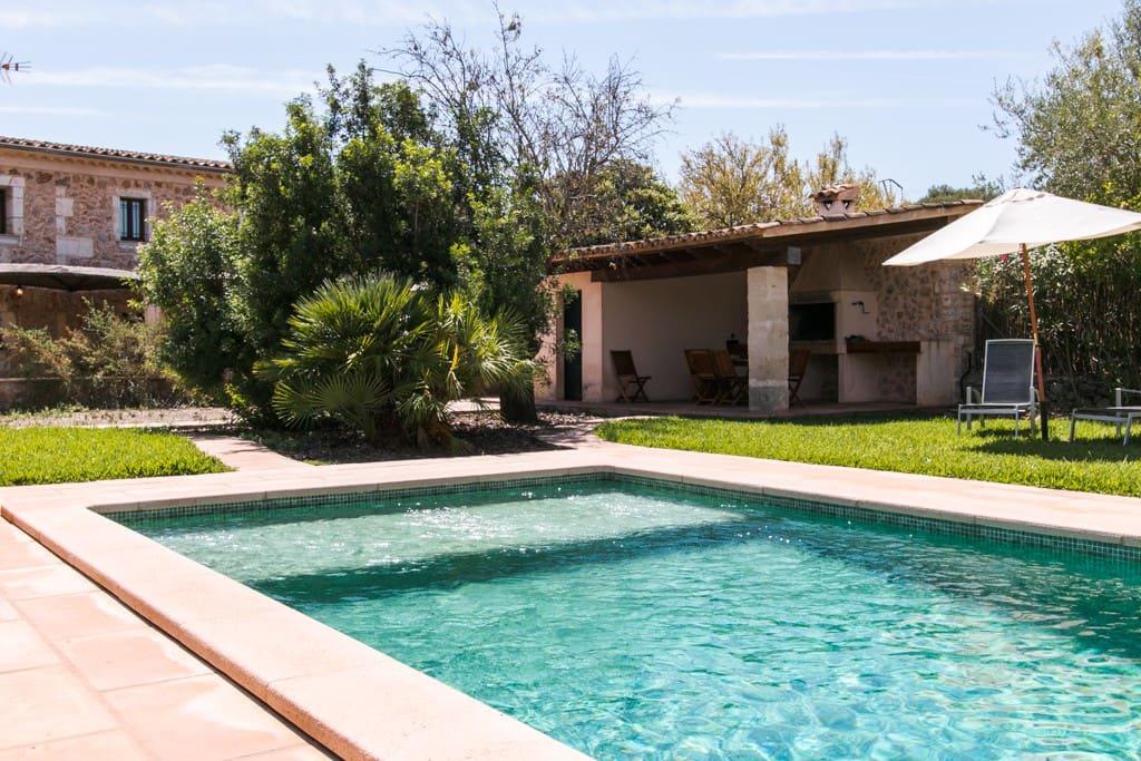 la barbacoa muy cerca de la piscina, dos sitios que nos harán disfrutar al máximo de la casa