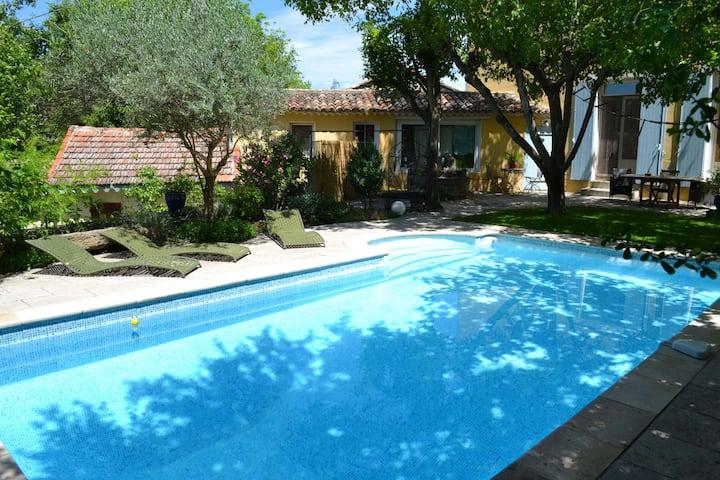 Gîte avec jardin privé et piscine pied du lubéron.