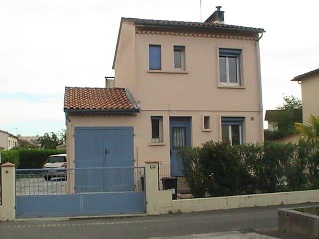 chambre individuelle de 10m2  environ dans maison - Villeneuve-Tolosane - Huis