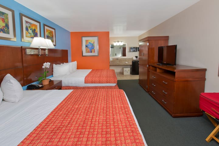 Flamingo Waterpark Resort, Standard 2 Queen Beds