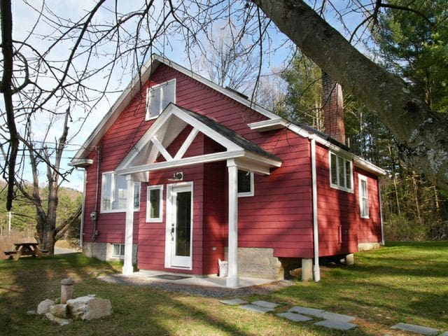 Sweet 1930s Cottage (lake, woods) - Canaan - Huis